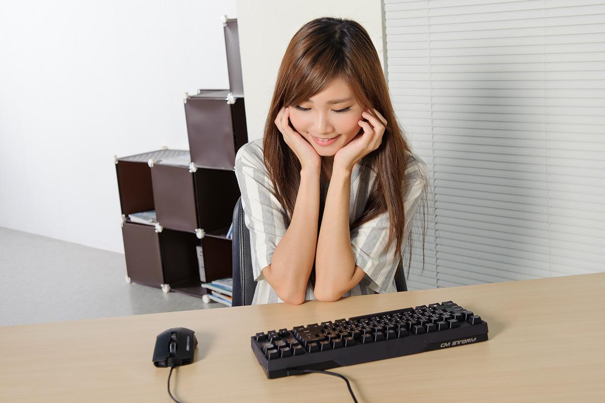 正妹玩鍵盤,打感格外安靜的 CoolerMaster NovaTouch TKL