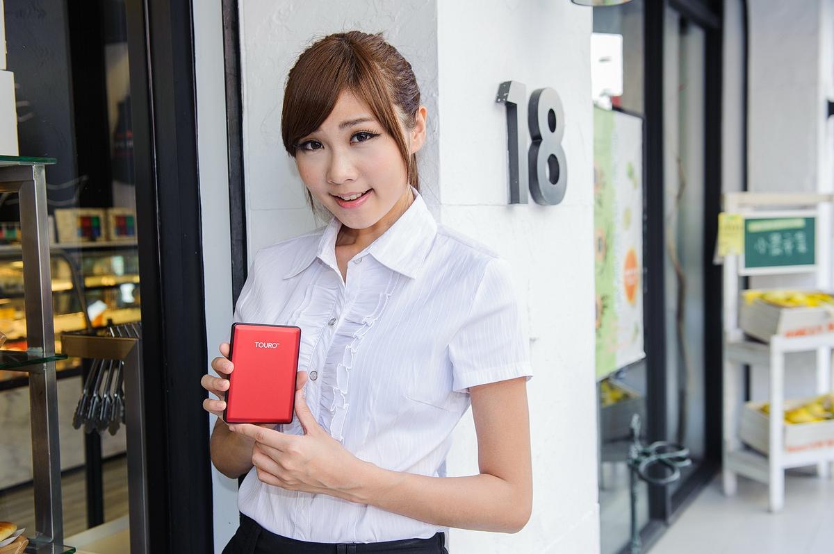 八月正妹特派員終回推薦:HGST TOURO S 行動硬碟,輕薄、美型兼具高效能!