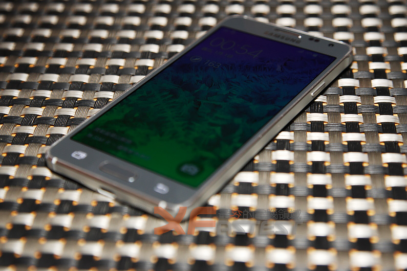 以外型及材質為主要賣點的 Samsung GALAXY ALPHA